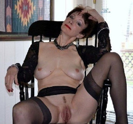Still seductive mature women spread..