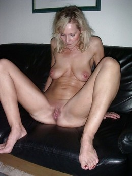 Beddable mature lady exposing her..